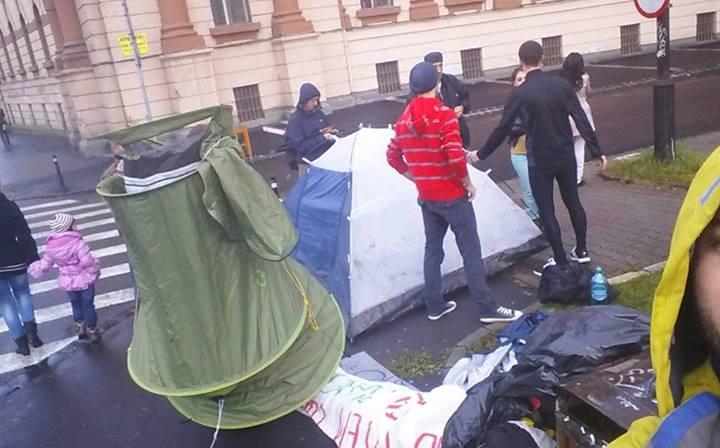 protest-rosia-montana-brasov-corturi-prefectura-jos-mohaci